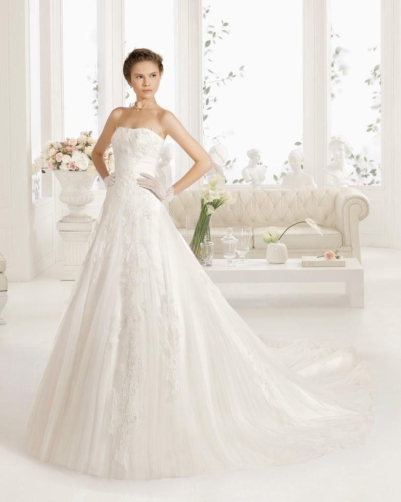 Vestido novia princesa de encaje y tul con escote palabra de honor, en color natural.