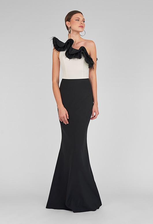 Caritina, Vestido de fiesta largo color negro y blanco con escote pluma