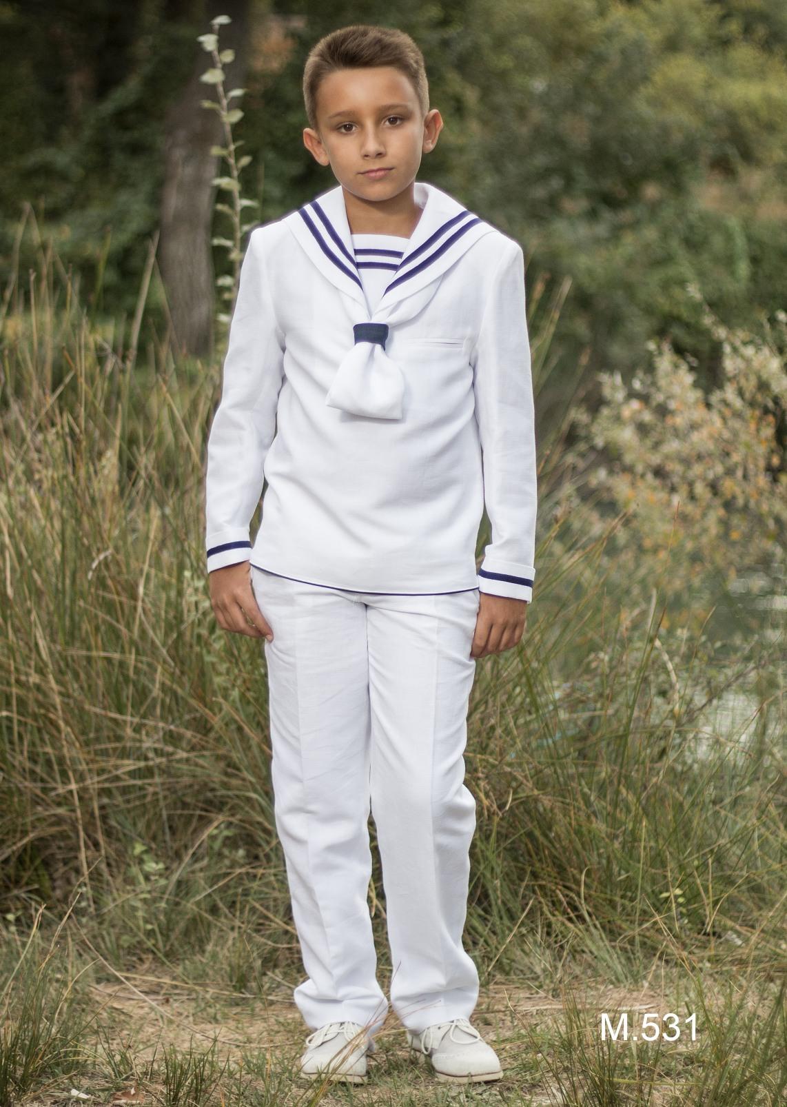 sencillo traje de marinero para primera comunión con ribetes en azul