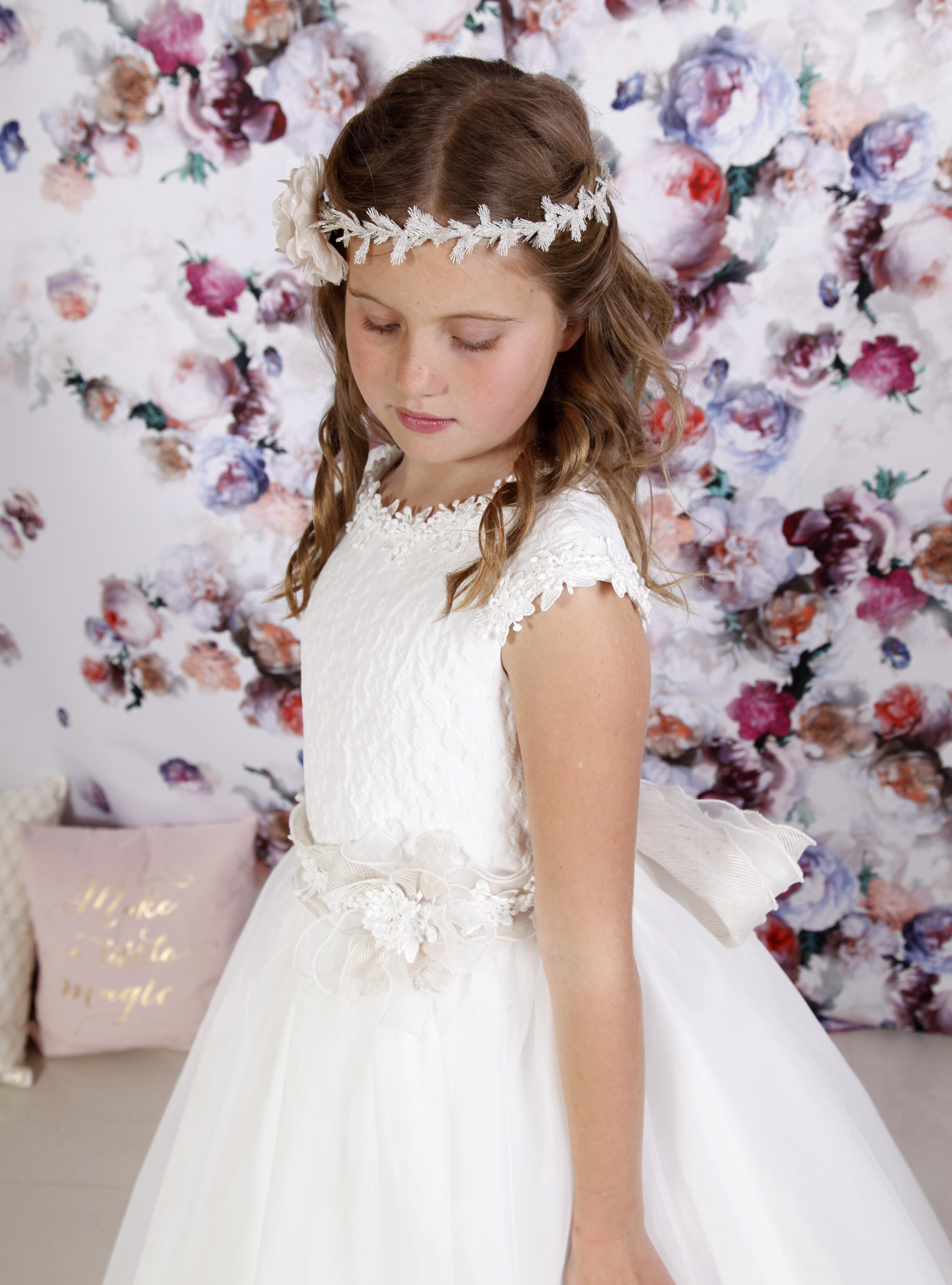 Vestido comunión niña con falda de organza natural y cuerpo brocado, flores aplicadas y lazada lino
