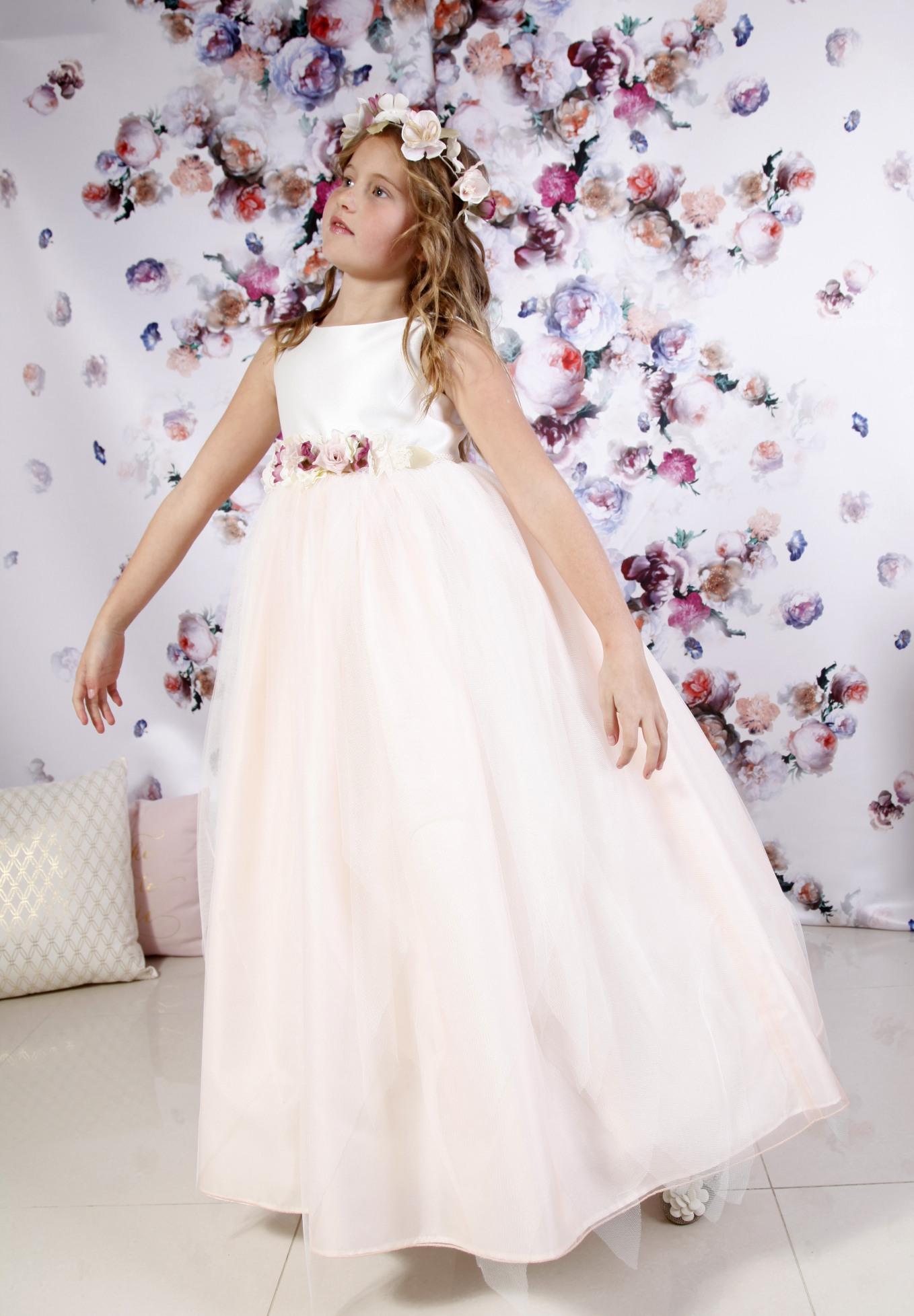 vestido de comunión cuerpo de raso y falda de tul a picos en tono rosado