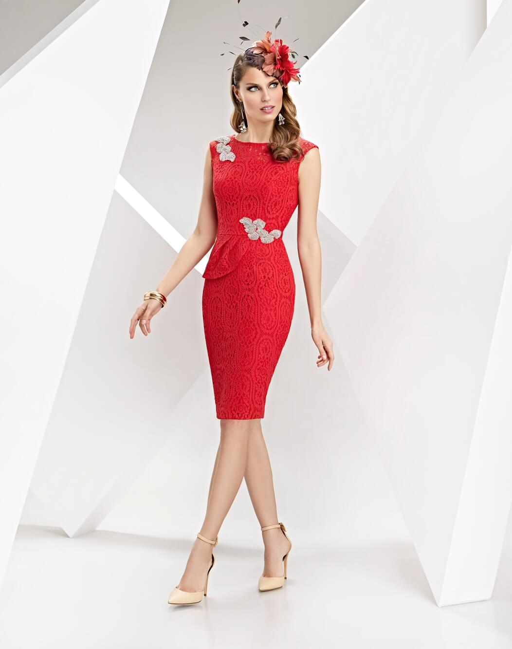 Vestido corto de encaje color rojo modelo Litios Esthefan